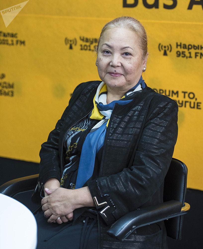 Актриса Мамлакат Кылычева во время интервью на радио Sputnik Кыргызстан
