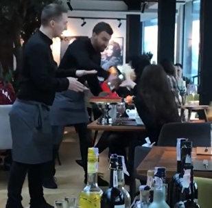 Официант запустил торт в лицо гостье в ответ на придирки — видео из Киева