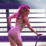 Популярная актриса и певица Дженнифер Лопес выступает на сцене парижского спортивно-концертного комплекса Bercy