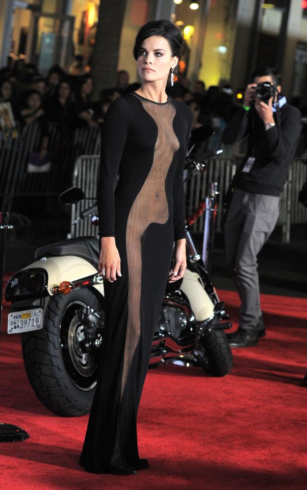 Американская актриса Джейми Александр в интригующем черном платье на премьере фильма Тор–2: царство тьмы