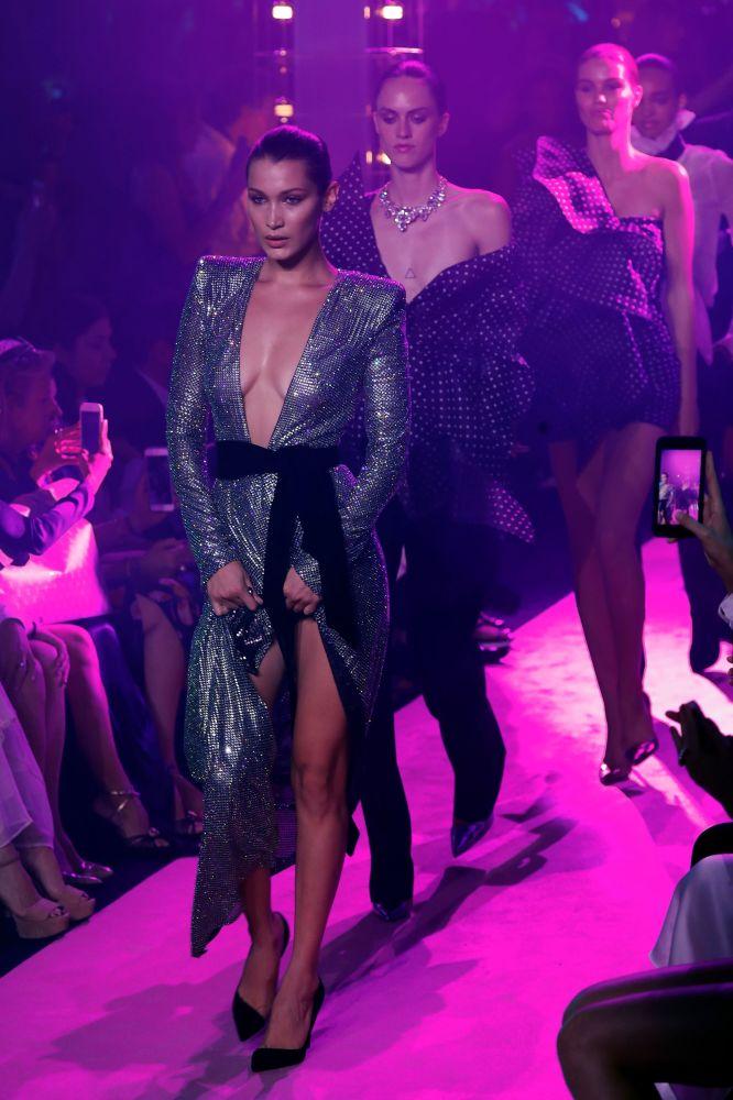 Топ-модель Белла Хадид представляет творение дизайнера Александра Вотье во время модного показа в Париже