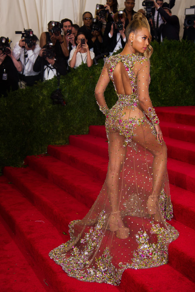 Певица Beyonce позирует фотографам на одном из светских мероприятий в Metropolitan Museum of Art в Нью-Йорке