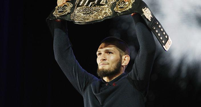 Российский боец UFC Хабиб Нурмагомедов держит пояс. Архивное фото