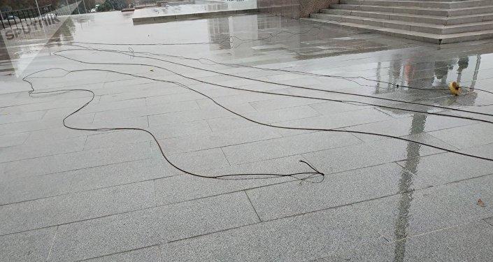 На площади Ала-Тоо в Бишкеке сорвало флаг КР