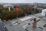 Флагшток на площади Ала-Тоо в центре Бишкека