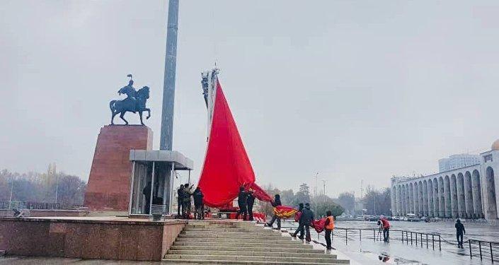 На площади Ала-Тоо сорвало флаг КР