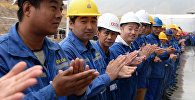 Рабочие на открытии Араванского цементного завода в Ошской области. Архивное фото