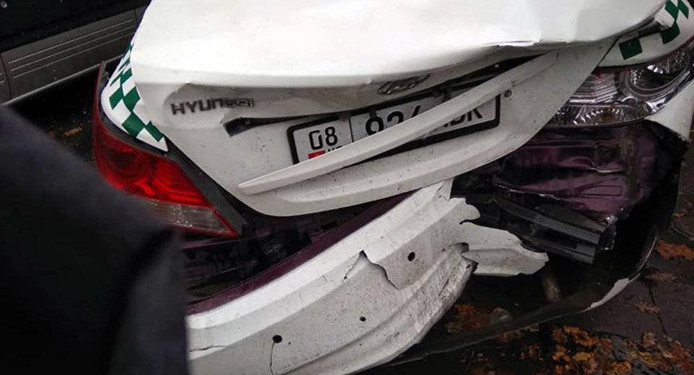 В несколько авто, припаркованных на улице Абдрахманова выше Токтогула, врезался внедорожник