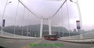 Кытайда айдоочу менен аялдын мушташынан автобус көпүрөдөн кулап кетти. Видео