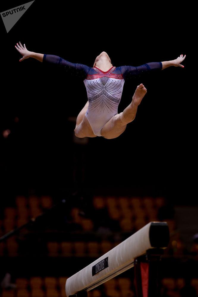 Американка Симона Байлз выполняет упражнения на бревне в финале индивидуального многоборья