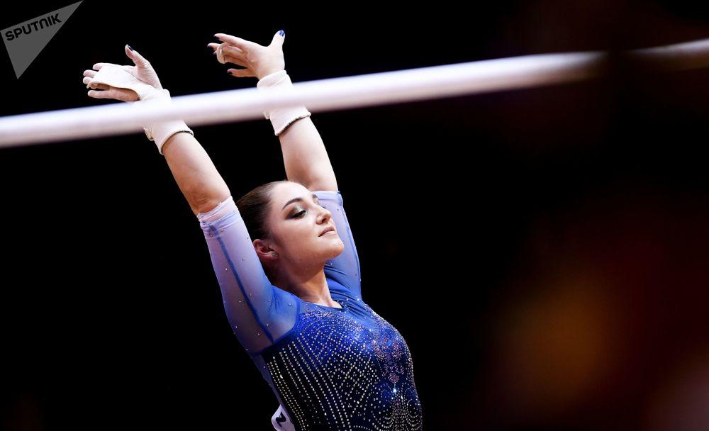 Россиянка Алия Мустафина после выполнения упражнений на брусьях в финале командного многоборья среди женщин.