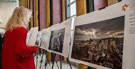Посетительница на открытии выставки лауреатов Международного конкурса фотожурналистики имени Андрея Стенина-2018 в штаб-квартире ООН в Нью-Йорке.