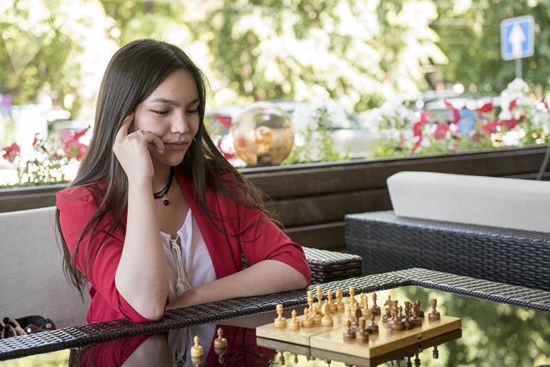 Семикратная чемпионка Кыргызстана по шахматам Диана Омурбекова во время игры
