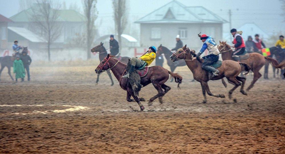 Участники кок-бору из Иссык-Кульской и Чуйской областей во время борьбы за третье место на чемпионате Кыргызстана