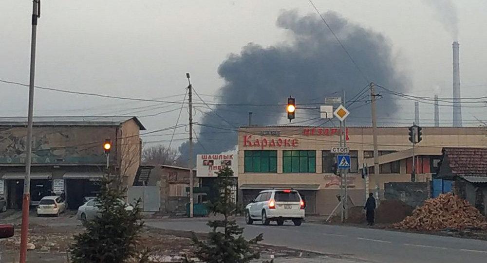 На пересечении улиц Фрунзе и улицы Курманджан Датки (бывшая Алма-Атинская) горит кафе