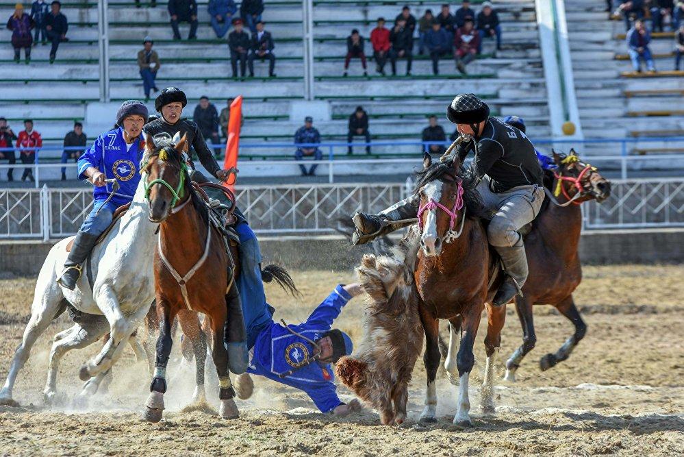 В Ошской области на ипподроме Толойкон прошел чемпионат Кыргызстана по кок-бору. Турнир был посвящен 90-летию со дня рождения писателя Чингиза Айтматова.