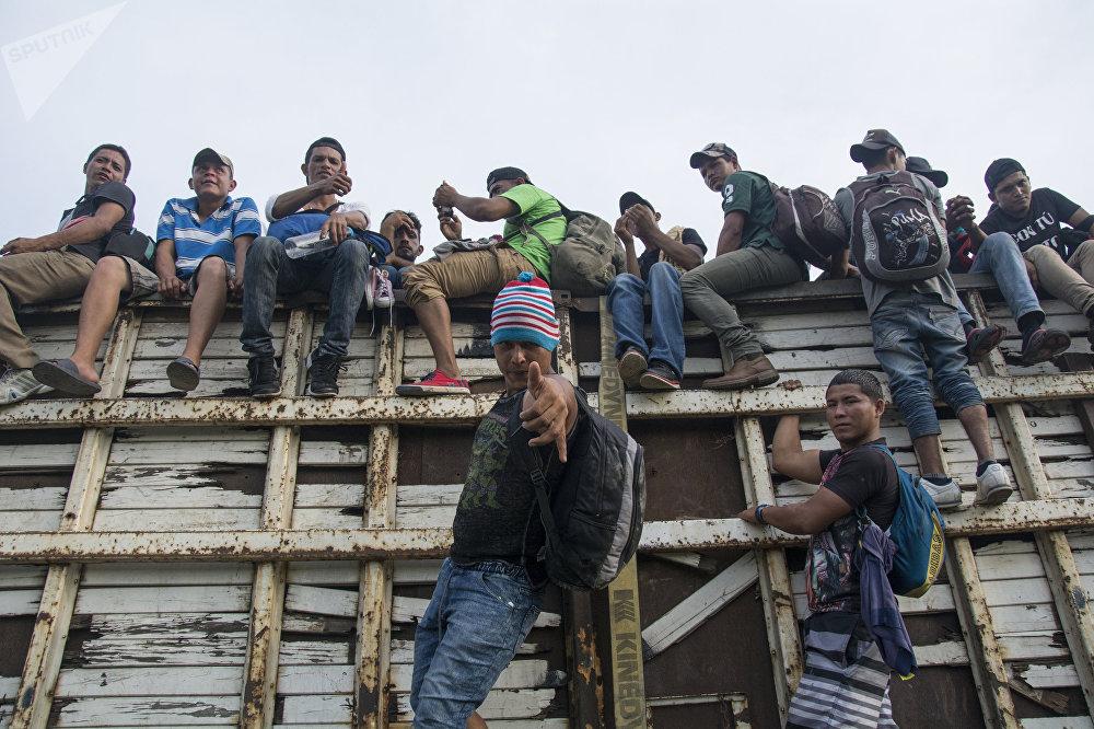 Караван мигрантов из Гондураса направляется в США