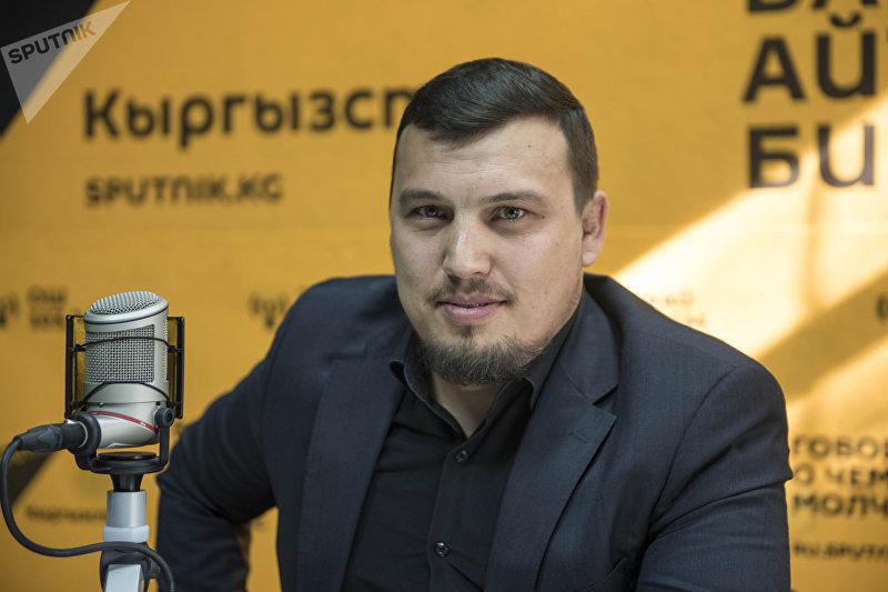 Директор завода по производству гипсокартона Айтмагомед Исмагомбетов во время интервью на радиостудии Sputnik Кыргызстан