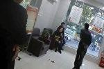 Китайский спецназовец хитростью освободил заложницу в банке — видео