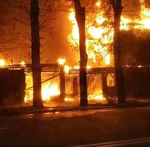 Крупный пожар в Бишкеке — горит жилой дом. Видео
