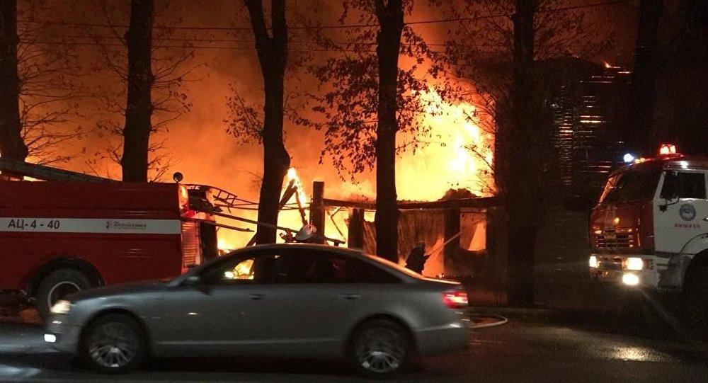 Тушение пожара в двухэтажном здании на улице Элебесова в Бишкеке