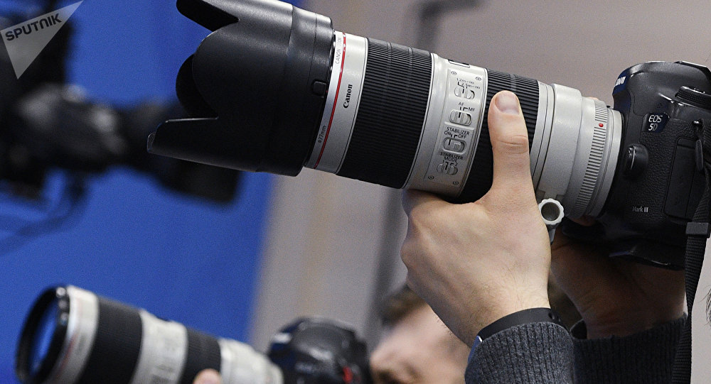 Мужчина держит фотоаппарат. Архивное фото