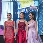 Судьи оглашают имена победительниц. Слева — вторая вице-мисс Эльгиза Ырсакунова, в середине — вице-мисс Нуриза Бектурова, справа — обладательница главного титула Айжан Женишова.