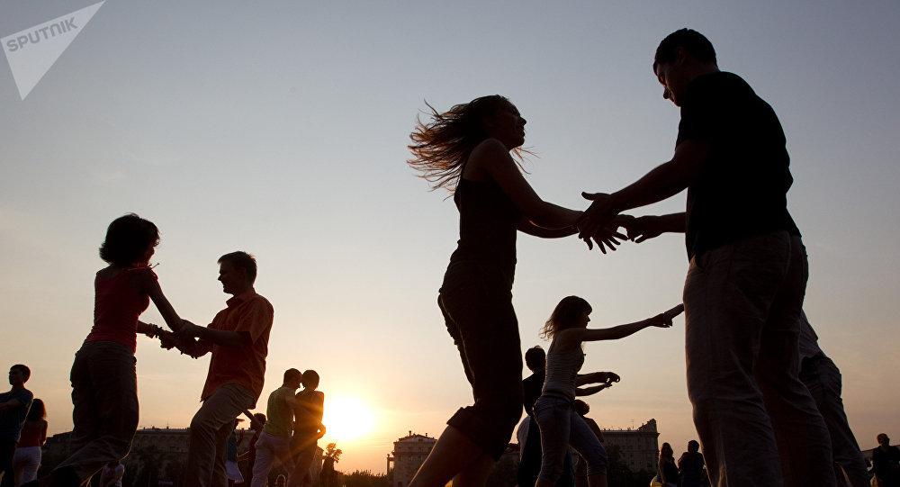 Участники уличных танцев. Архивное фото