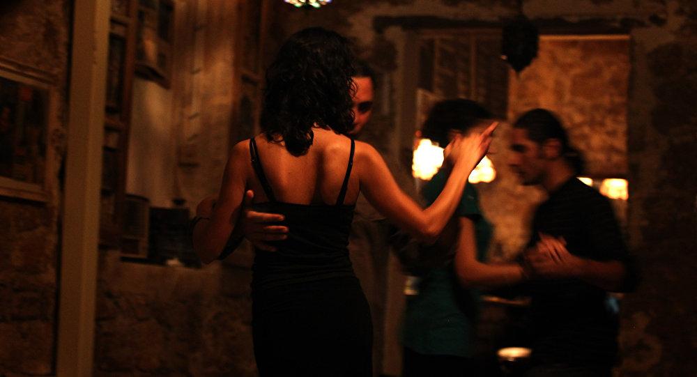 Пара танцует в клубе. Архивное фото
