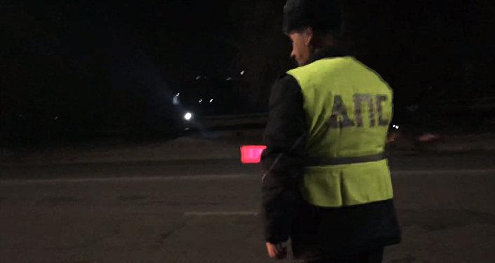 Человек из прошлого? В Бишкеке инспектор до сих пор носит жилетку ДПС — видео