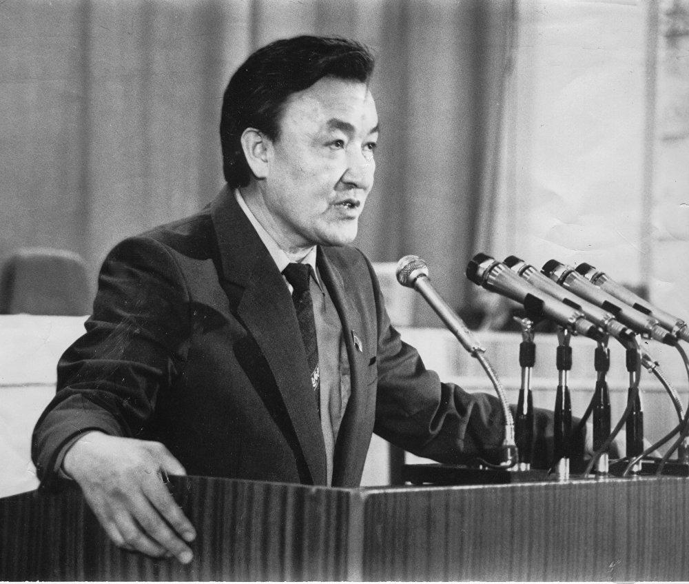 Первый премьер-министр Кыргызстана выступает перед парламентом