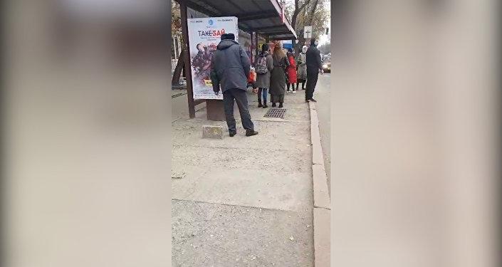 Милиционер плевался и курил в общественном месте в Бишкеке — видео
