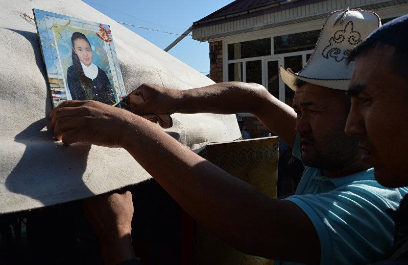 Родственники Бурулай Турдадали Кызы, 20-летнего студента-медика, проводят традиционную церемонию, отмечающую 40 дней с момента ее убийства в полицейском участке ее похитителем, в кочевой юрте, расположенной рядом с ее семейным домом в поселке Сокулук, 28 июня 2018 года.
