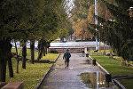 Мужчина с рюкзаком идет по площади Ала-Тоо в Бишкеке. Архивное фото