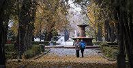 Бишкектин паркында сейилдеп жүргөн адамдар. Архивдик сүрөт