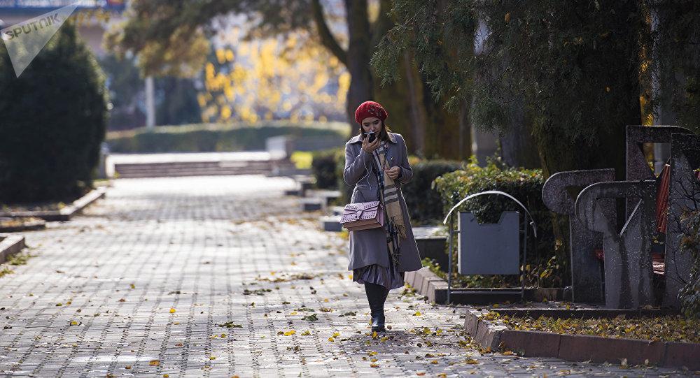 Девушка гуляет по дубовому парку в Бишкеке. Архивное фото
