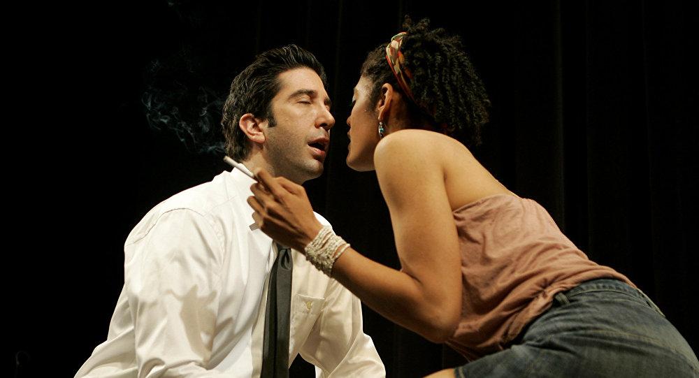 Американский актер Дэвид Швиммер и британская актриса Сара Пауэлл во время пьесы «Some Girl (s)» в театре Gielgud в Лондоне. Архивное фото