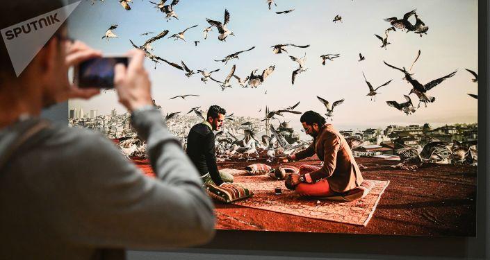 Посетитель на открытии выставки победителей IV международного конкурса фотожурналистики имени Андрея Стенина в Москве