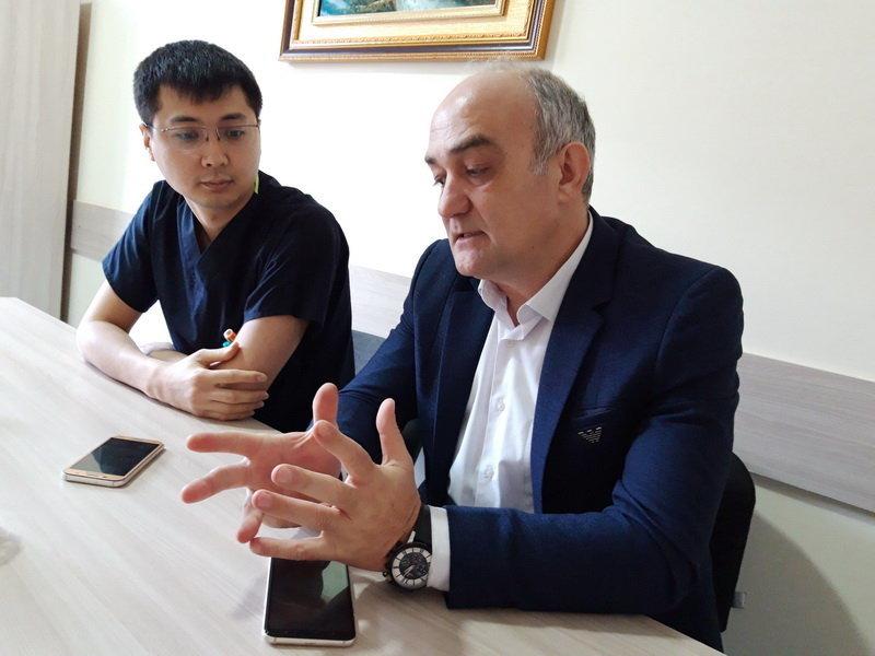 Турецкий кардиохирург Мустафа Унал с коллегой из КР