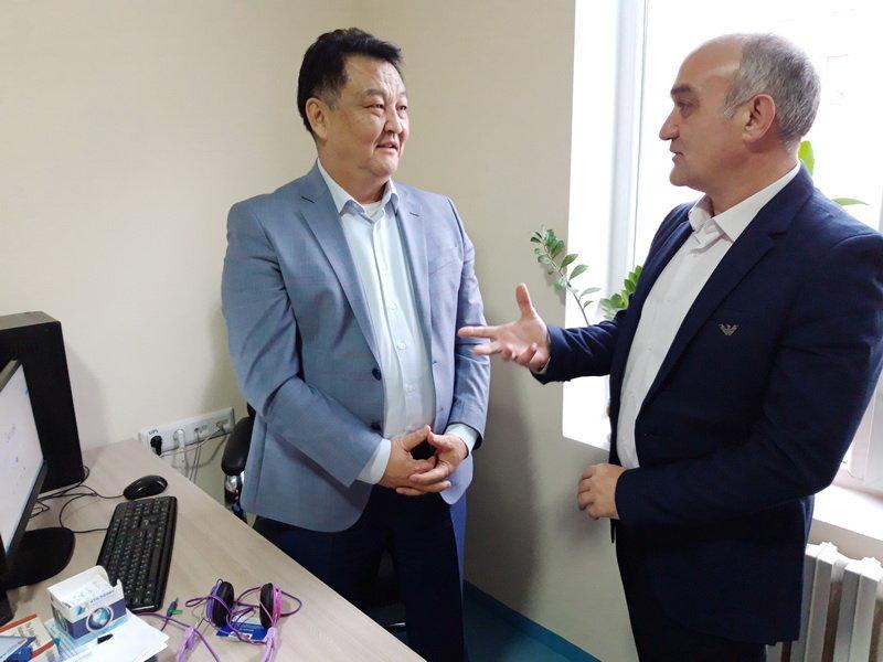 Турецкий кардиохирург Мустафа Унал и экс-министр здравоохранения КР Талантбек Батыралиев