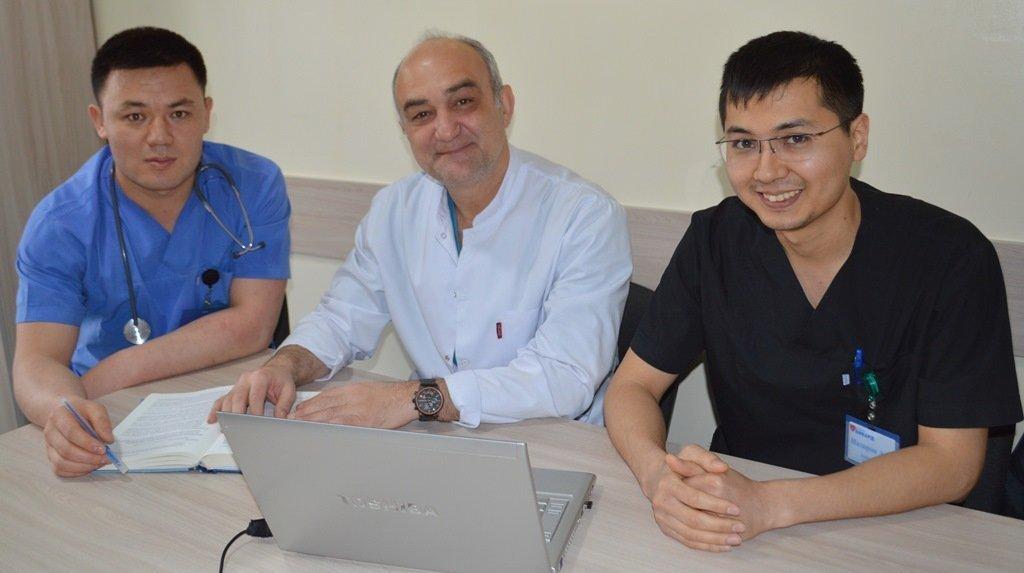 Турецкий кардиохирург Мустафа Унал с кыргызстанскими коллегами