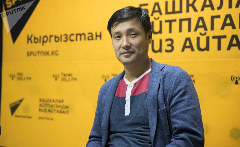 Ютубер Курманбек Жолдошев во время интервью на радиостудии Sputnik Кыргызстан