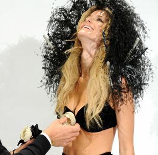Модель Мариса Миллер во время примерки к шоу Victoria's Secret-2008 в Нью-Йорке