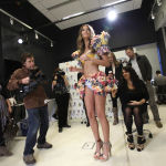 Лили Олдридж позирует фотографам во время показа в Нью-Йорке