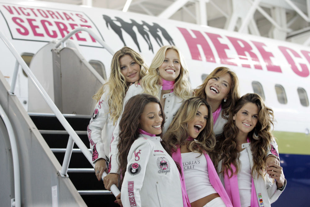Ангелы Victoria's Secret (слева направо) Жизель Бундхен, Каролина Куркова, Адриана Лима, Селита Эбанкс, Алессандра Амбросио и Изабель Гуларт позируют на показе в Лос-Анджелесе в декабре 2006 года