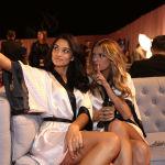 Красавицы Шанина Шайк и Кейт Григорьева выкроили минутку, чтобы сделать селфи перед выходом на сцену
