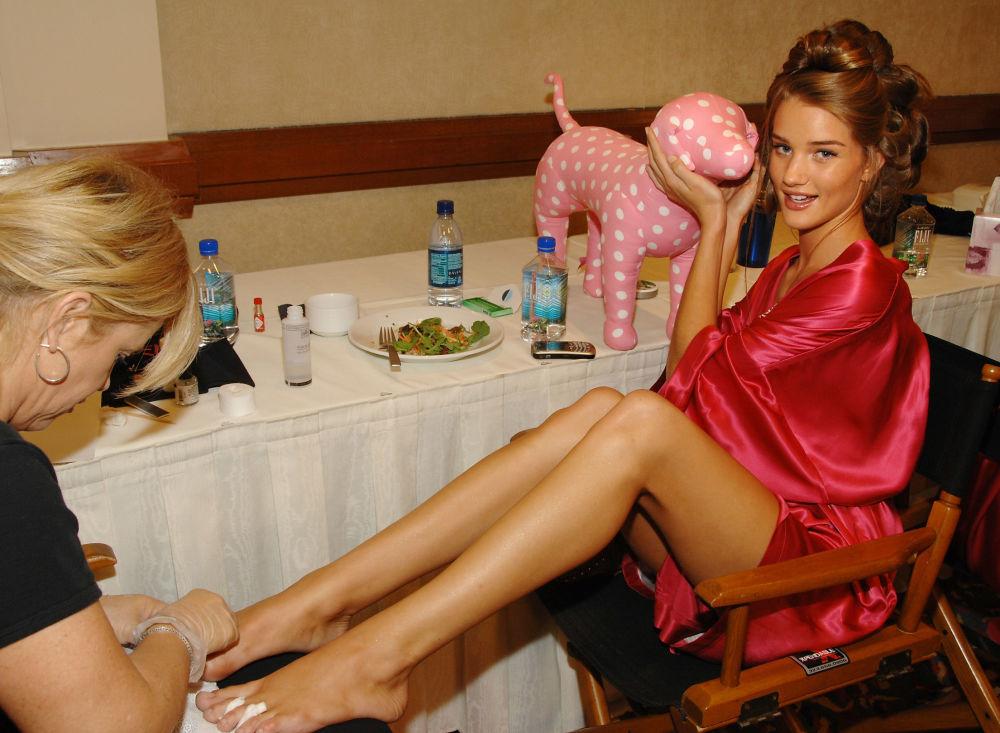 Так модель готовится к показу за кулисами Victoria's Secret Fashion Show