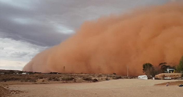 Гигантская пыльная буря окрасила все в красный цвет — пугающее видео