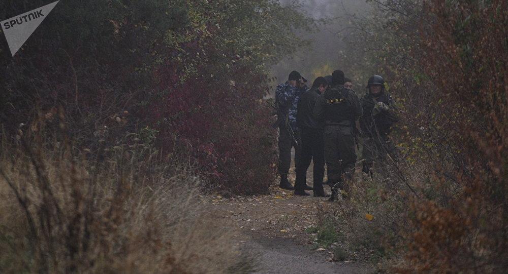 Сотрудники правоохранительных органов во время поисковых работ. Архивное фото