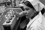 Работница Майли-Сууйского электролампового завода. Архивное фото